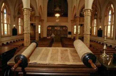 2.5-8_CRIPPLED_WOMAN_Torah_scrolls